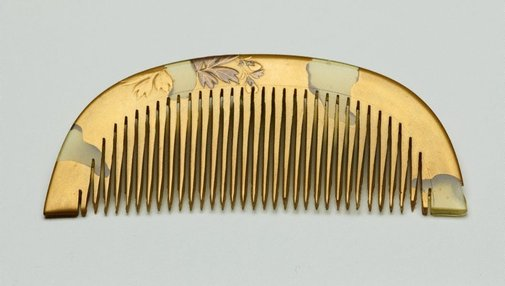 An image of Comb with décor of peonies by